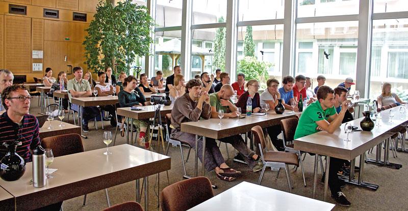 Die Studierenden des Weincampus Neustadt gestalten im sechsten Semester eine öffentliche interdisziplinäre Seminarreihe in den Fachrichtungen Weinbau und Oenologie.