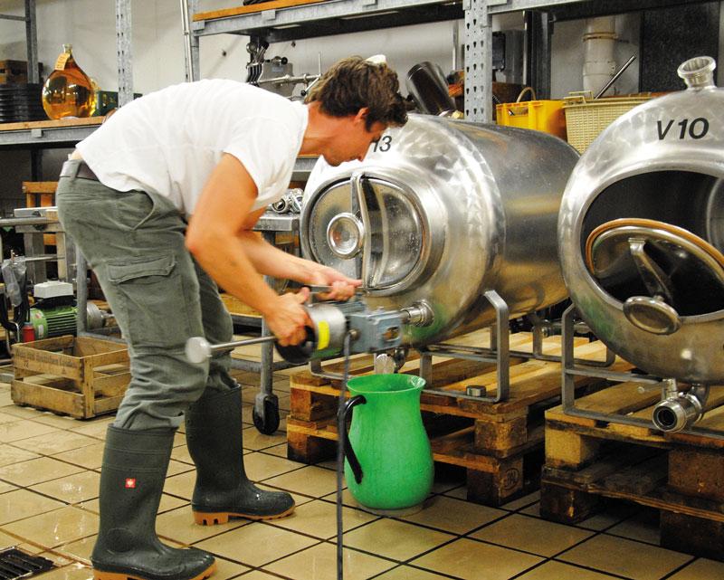 Clemens Rosenkranz beim reduktiven Abstechen eines auf der Hefe lagernden Weines.